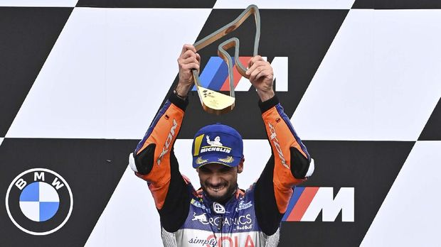 Red Bull KTM Tech 3's Portuguese rider Miguel Oliveira celebrates on the podium after winning the MotoGP Styrian Grand Prix on August 23, 2020 at Red Bull Ring circuit in Spielberg bei Knittelfeld, Austria. (Photo by Joe Klamar / AFP)