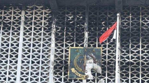 Kondisi gedung utama Kejaksaan Agung yang terbakar di Jakarta, Minggu (23/8/2020). Direktur Reserse Kriminal Umum Polda Metro Jaya Kombes Pol Tubagus Ade Hidayat mengatakan petugas dari tim laboratorium forensik (Labfor) dan Inafis menunda olah tempat kejadian (TKP) kebakaran gedung Kejaksaan Agung karena terkendala asap sehingga belum dapat menjangkau secara keseluruhan lokasi kebakaran dan rencananya olah TKP akan dilakukan pada Senin (24/8/2020). ANTARA FOTO/Galih Pradipta/aww.