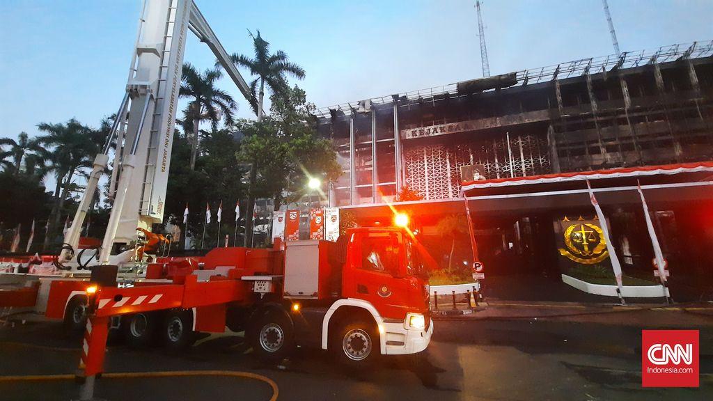 SIsa kebakaran gedung utama kejagung RI, Minggu, 23 Agustus 2020. Sebelumnya gedung utama Kejagung RI terbakar sejak Sabtu malam, 22 Agustus 2020, mulai pukul 19.10 WIB. (CNNIndonesia/Thohirin)