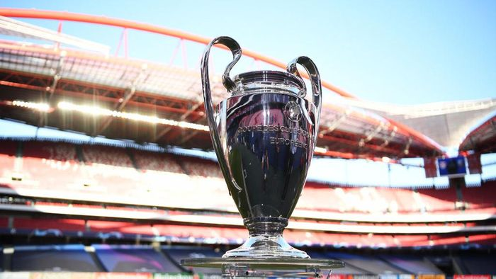 LISBON, PORTUGAL - AUGUST 18: The UEFA Champions League Trophy is seen pitch side prior to the UEFA Champions League Semi Final match between RB Leipzig and Paris Saint-Germain F.C at Estadio do Sport Lisboa e Benfica on August 18, 2020 in Lisbon, Portugal. (Photo by David Ramos/Getty Images)