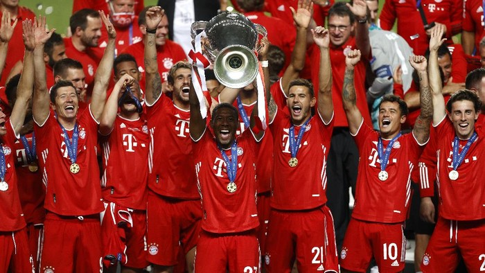 LISBON, PORTUGAL - AUGUST 23: David Alaba of FC Bayern Munich  lifts the Champions League Trophy following his teams victory in during the UEFA Champions League Final match between Paris Saint-Germain and Bayern Munich at Estadio do Sport Lisboa e Benfica on August 23, 2020 in Lisbon, Portugal. (Photo by Matt Childs/Pool via Getty Images)