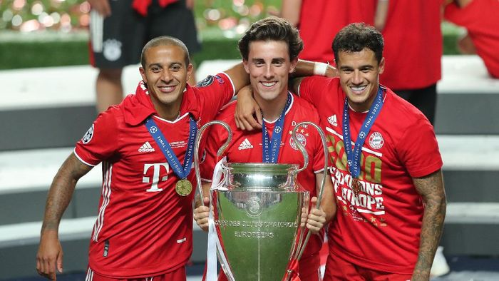 LISBON, PORTUGAL - AUGUST 23: Thiago, Alvaro Odriozola and Philippe Coutinho of FC Bayern Munich celebrate with the UEFA Champions League Trophy following their teams victory in the UEFA Champions League Final match between Paris Saint-Germain and Bayern Munich at Estadio do Sport Lisboa e Benfica on August 23, 2020 in Lisbon, Portugal. (Photo by Miguel A. Lopes/Pool via Getty Images)