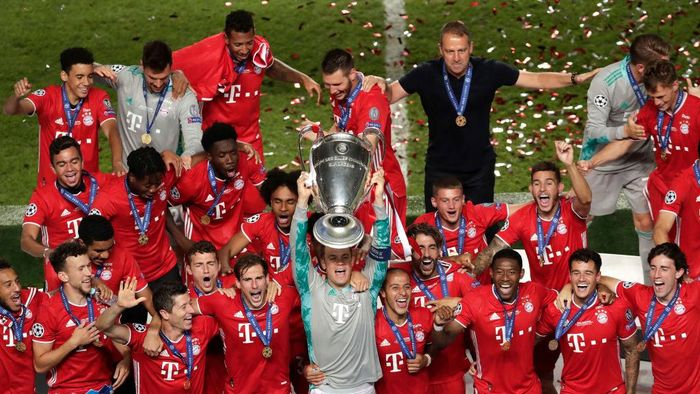 LISBON, PORTUGAL - AUGUST 23: Manuel Neuer, captain of FC Bayern Munich lifts the UEFA Champions League Trophy following his teams victory in the UEFA Champions League Final match between Paris Saint-Germain and Bayern Munich at Estadio do Sport Lisboa e Benfica on August 23, 2020 in Lisbon, Portugal. (Photo by Manu Fernandez/Pool via Getty Images)