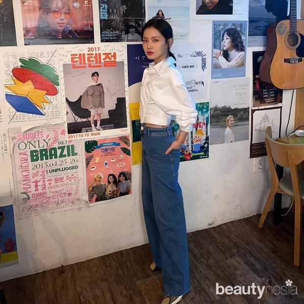 Lee HI mengenakan outfit casual