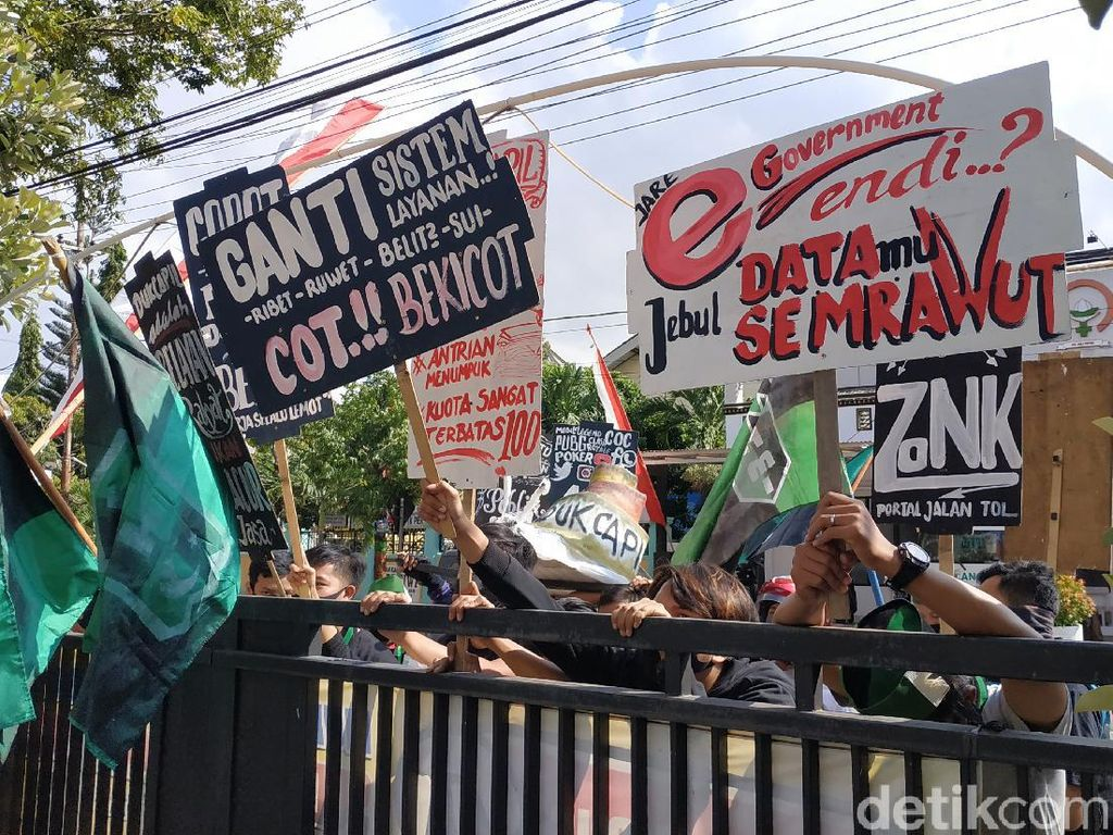 Mahasiswa Pacitan Demo Disdukcapil yang Dianggap Tak Becus Layani Warga