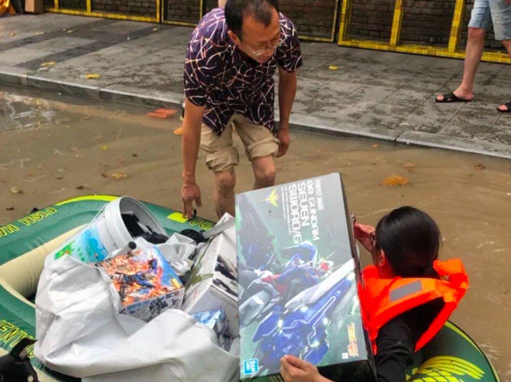 Cinta Sejati, Istri Terjang Banjir Demi Mainan Gundam Suami