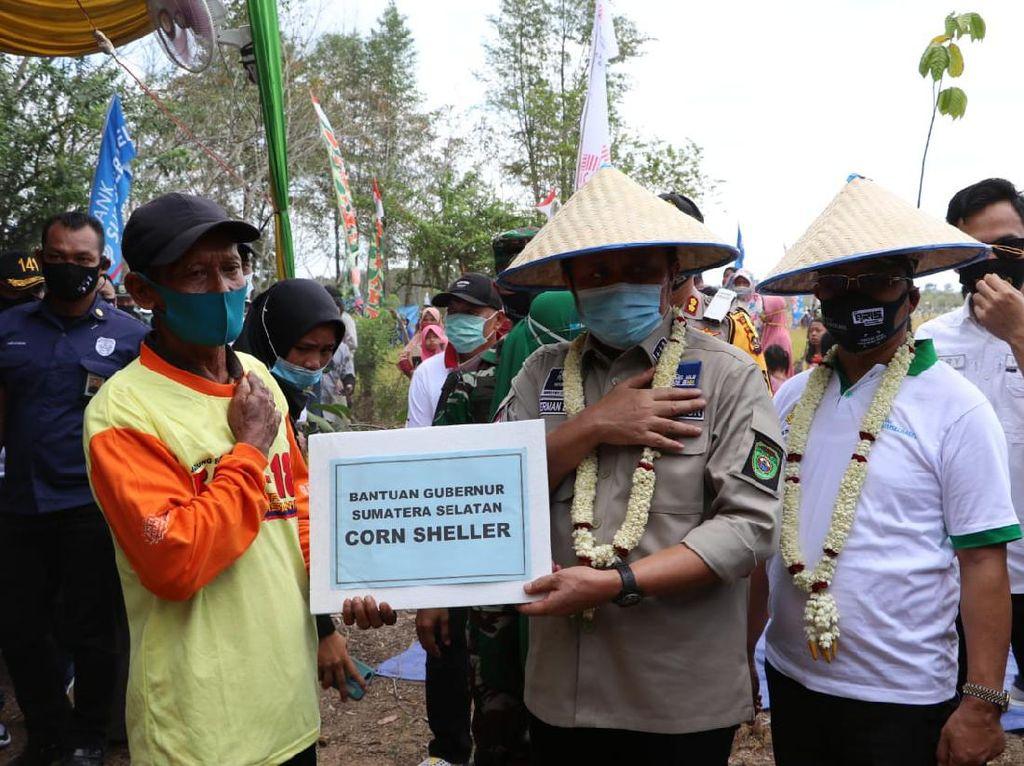 Gubernur HD Beri Hadiah ke Petani Sumsel yang Panen Beras 2x Saat Kemarau