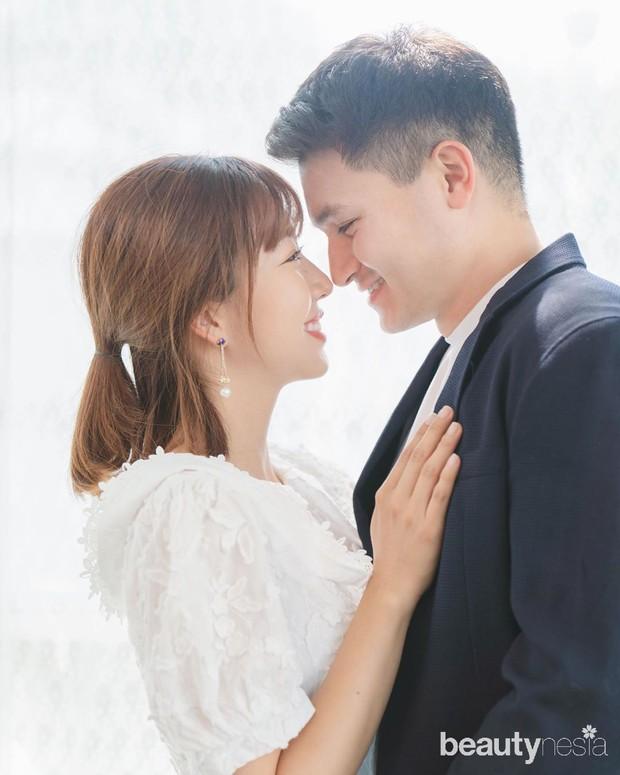 Momen Sunny dilamar Chris berlangsung romantis. Chris menyewa sebuah kamar hotel yang besar untuk menyatakan perasaannya.