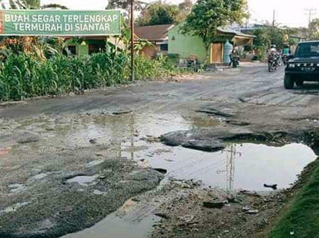Warga Keluhkan Jalan Perdagangan-Siantar Sumut Rusak Parah Penuh Lubang