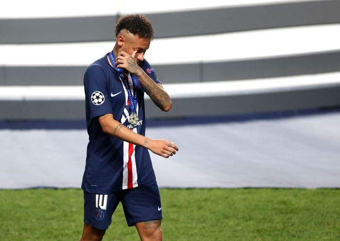 LISBON, PORTUGAL - AUGUST 23: Neymar of Paris Saint-Germain looks dejected following his teams defeat in the UEFA Champions League Final match between Paris Saint-Germain and Bayern Munich at Estadio do Sport Lisboa e Benfica on August 23, 2020 in Lisbon, Portugal. (Photo by Matt Childs/Pool via Getty Images)