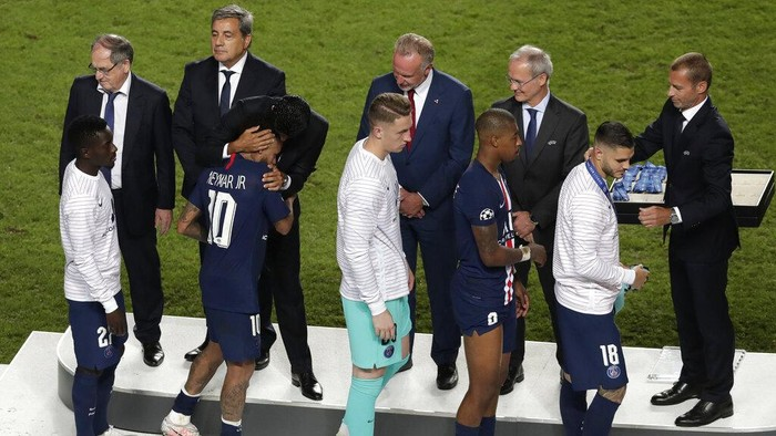 PSG players receive the silver medal after the Champions League final soccer match between Paris Saint-Germain and Bayern Munich at the Luz stadium in Lisbon, Portugal, Sunday, Aug. 23, 2020. (AP Photo/Manu Fernandez, Pool)