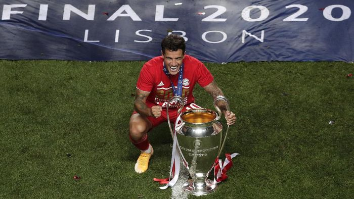 LISBON, PORTUGAL - AUGUST 23: Philippe Coutinho of FC Bayern Munich poses for a photo with the UEFA Champions League Trophy following his teams victory in the UEFA Champions League Final match between Paris Saint-Germain and Bayern Munich at Estadio do Sport Lisboa e Benfica on August 23, 2020 in Lisbon, Portugal. (Photo by Manu Fernandez/Pool via Getty Images)