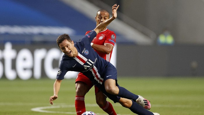 PSGs Ander Herrera, left, and Bayerns Thiago challenge for the ball during the Champions League final soccer match between Paris Saint-Germain and Bayern Munich at the Luz stadium in Lisbon, Portugal, Sunday, Aug. 23, 2020.(Matthew Childs/Pool via AP)