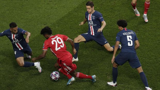 Bayern's Kingsley Coman, center, controls the ball during the Champions League final soccer match between Paris Saint-Germain and Bayern Munich at the Luz stadium in Lisbon, Portugal, Sunday, Aug. 23, 2020. (AP Photo/Manu Fernandez, Pool)