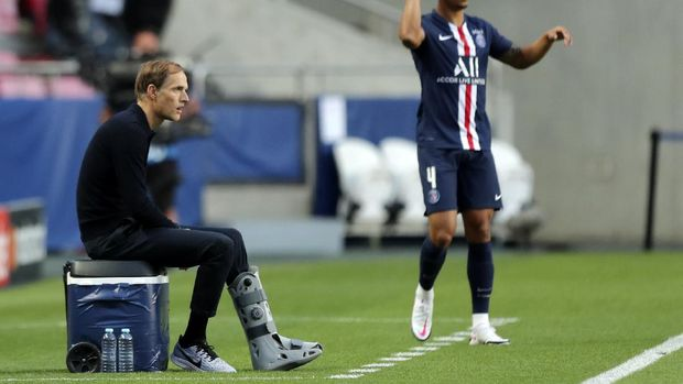 PSG's head coach Thomas Tuchel, left, watches as PSG's Thilo Kehrer makes a throw in during the Champions League final soccer match between Paris Saint-Germain and Bayern Munich at the Luz stadium in Lisbon, Portugal, Sunday, Aug. 23, 2020. (Miguel A. Lopes/Pool via AP)