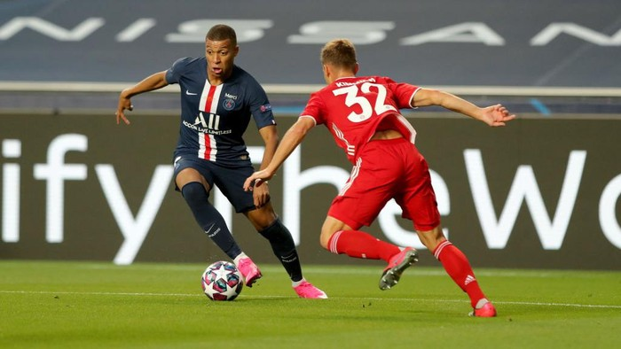 LISBON, PORTUGAL - AUGUST 23: Kylian Mbappe of Paris Saint-Germain takes on Joshua Kimmich of FC Bayern Munich during the UEFA Champions League Final match between Paris Saint-Germain and Bayern Munich at Estadio do Sport Lisboa e Benfica on August 23, 2020 in Lisbon, Portugal. (Photo by Miguel A. Lopes/Pool via Getty Images)