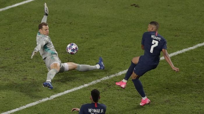 LISBON, PORTUGAL - AUGUST 23: Kylian Mbappe of Paris Saint-Germain shoots and misses during the UEFA Champions League Final match between Paris Saint-Germain and Bayern Munich at Estadio do Sport Lisboa e Benfica on August 23, 2020 in Lisbon, Portugal. (Photo by Manu Fernandez/Pool via Getty Images)