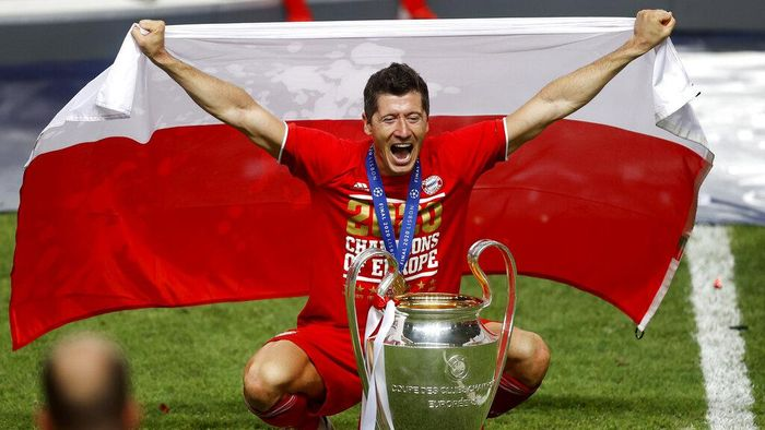 Bayerns Robert Lewandowski celebrates with the trophy after Munich won the Champions League final soccer match between Paris Saint-Germain and Bayern Munich at the Luz stadium in Lisbon, Portugal, Sunday, Aug. 23, 2020.(Matthew Childs/Pool via AP)