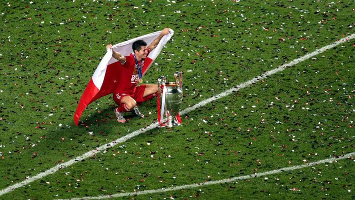 LISBON, PORTUGAL - AUGUST 23: Robert Lewandowski of FC Bayern Munich celebrates with the UEFA Champions League Trophy following his teams victory in the UEFA Champions League Final match between Paris Saint-Germain and Bayern Munich at Estadio do Sport Lisboa e Benfica on August 23, 2020 in Lisbon, Portugal. (Photo by Manu Fernandez/Pool via Getty Images)