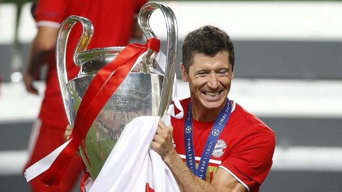 LISBON, PORTUGAL - AUGUST 23: Robert Lewandowski of FC Bayern Munich celebrates with the UEFA Champions League Trophy following his teams victory in the UEFA Champions League Final match between Paris Saint-Germain and Bayern Munich at Estadio do Sport Lisboa e Benfica on August 23, 2020 in Lisbon, Portugal. (Photo by Matt Childs/Pool via Getty Images)