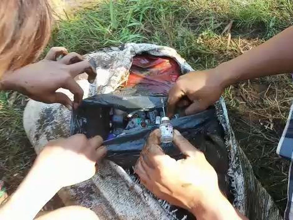 Mahasiswa KKN di Probolinggo Temukan Sampah Medis Saat Bersih-bersih Sungai