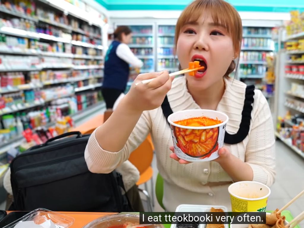 Unik! 5 YouTuber Korea Ini Doyan Mukbang Makanan Minimarket
