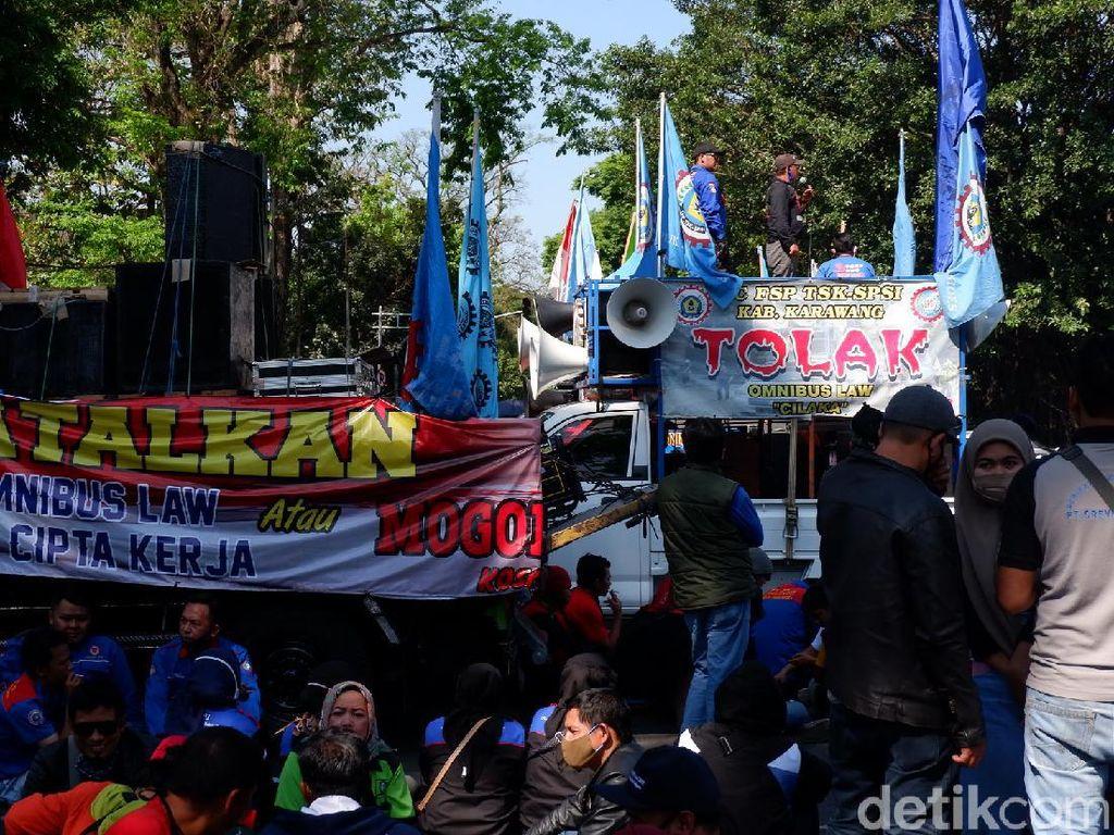 Tolak Omnibus Law, Ratusan Buruh Demo di Gedung Sate