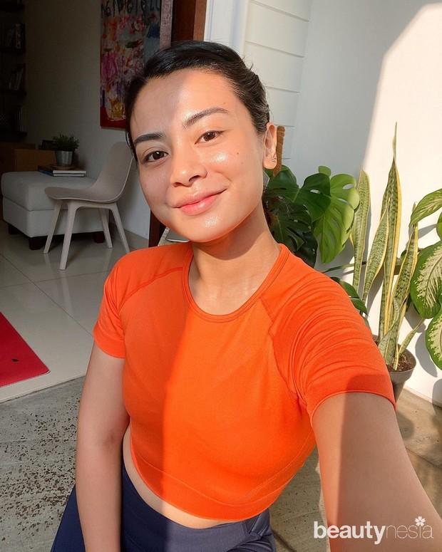 Potret Andra Alodita yang tampil cantik dengan otfit warna oranya membuat penampilannya tampak cerah.