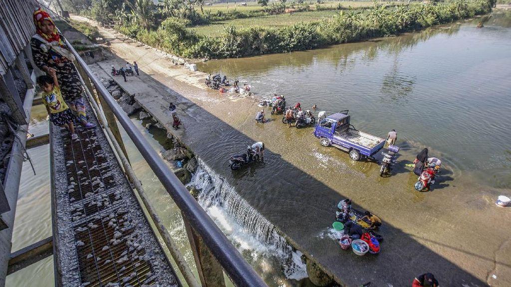 Kemarau, Warga Mencuci dan Mandi di Sungai Cileungsi Bogor