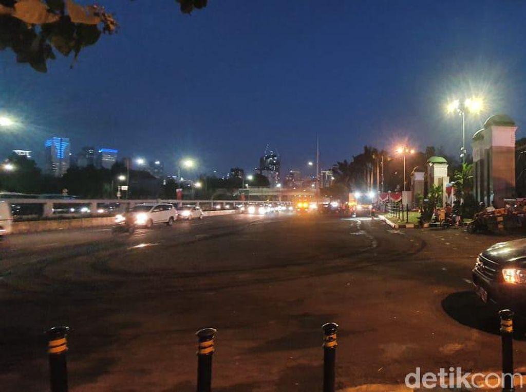 Massa Mahasiswa di Depan DPR Bubar, Lalin Jalan Gatsu Kembali Normal