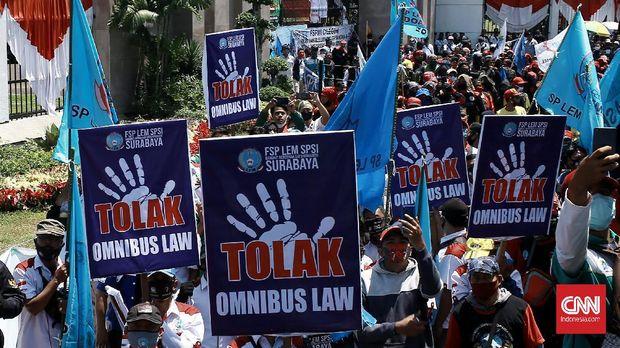 Dalam aksi Konfederasi Serikat Pekerja Indonesia (KSPI) di depan Gedung DPR RI, buruh mengusung dua tuntutan. Tolak Omnibus Law dan tolak PHK dampak dari COVID-19. Jakarta. Selasa (25/8/2020). Aksi di Jakarta  diikuti puluhan ribu buruh di DPR RI. Bersamaan dengan aksi di Jakarta, aksi juga serentak dilakukan di berbagai daerah dengan mengusung isu yang sama. CNN Indonesia/Andry Novelino