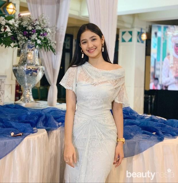 , Cut Syifa tampak elegan dengan dress simple berwarna putih.