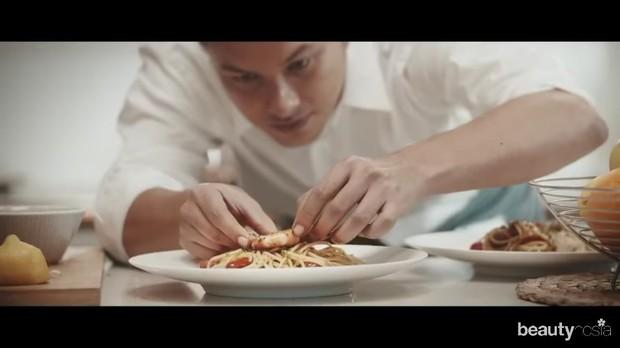 Nicholas memasak menu makanan kesukaan sang pacar untuk dinner nanti.