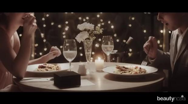 Selain memasak, Nicholas juga menghiasi meja makan seindah mungkin layaknya di hotel bintang lima.