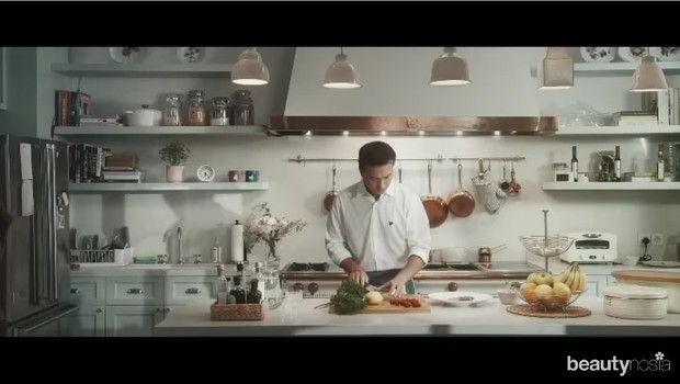 Aktor Nicholas Saputra kembali membuat baper wanita dalam video anniversary brand kosmetik lokal, SADA by Cathy Sharon.
