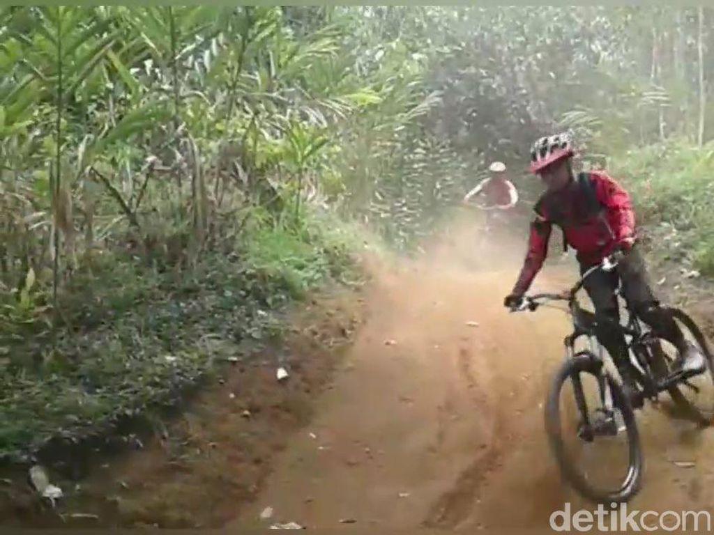 Serunya Menajajal Jalur Sepeda Menantang di Tengah Hutan Subang