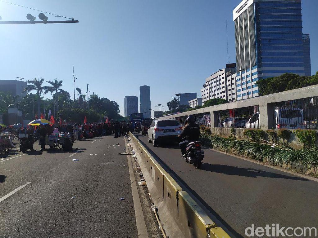 Massa Demo Masih Bertahan di Depan DPR, Lalin Jalan Gatsu Hanya Lewat Busway