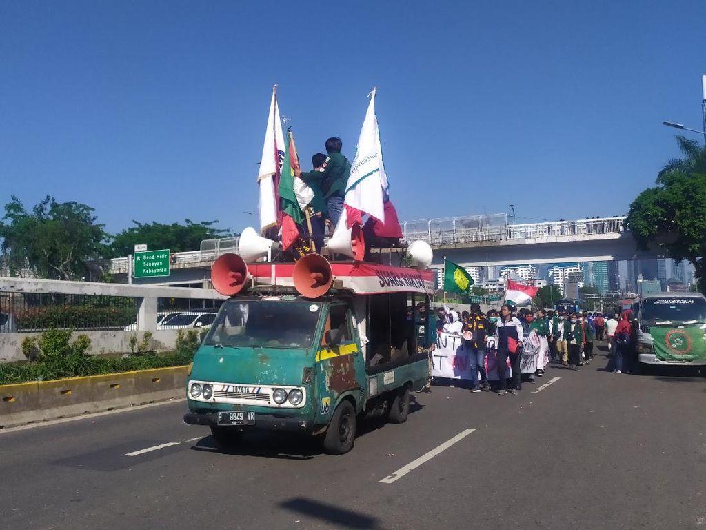 Gabung Massa Buruh, Mahasiswa ke Depan DPR Tolak RUU Omnibus Law