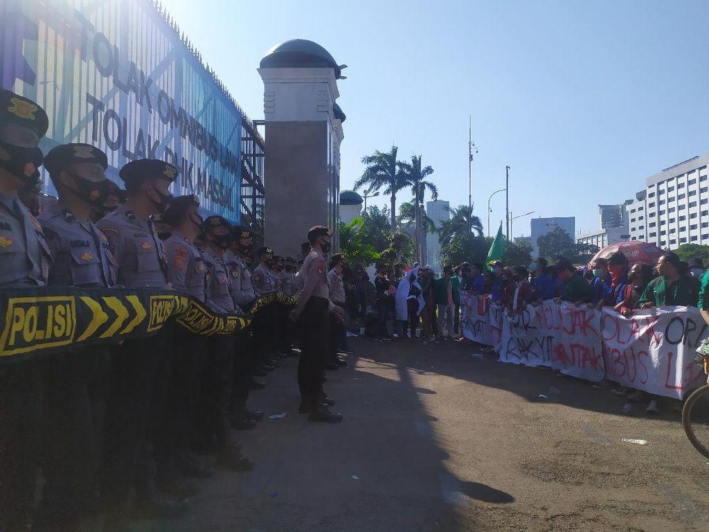 Mahasiswa Tiba di Depan Gedung DPR, Massa Buruh Bubar