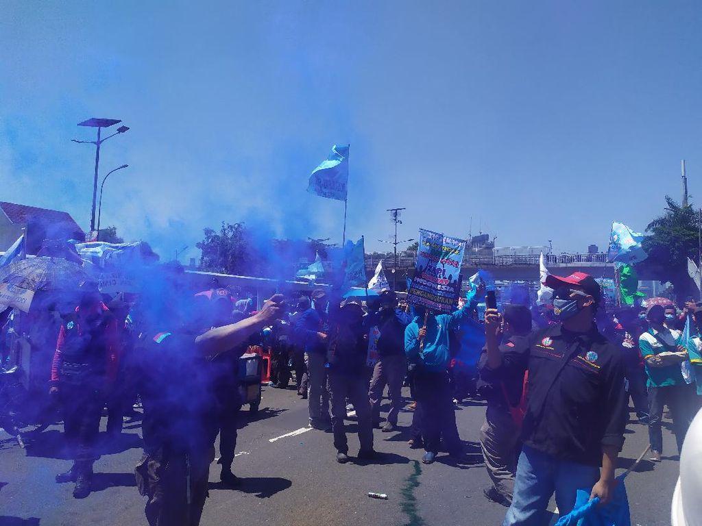 Massa Buruh Tolak Omnibus Law Bakar Flare di Depan Gedung DPR