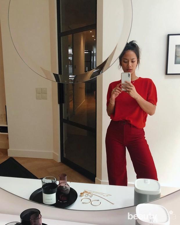 Pemilihan warna outfit merah yang cocok dipakai kulit sawo matang bikin tampilan makin cerah dan segar.