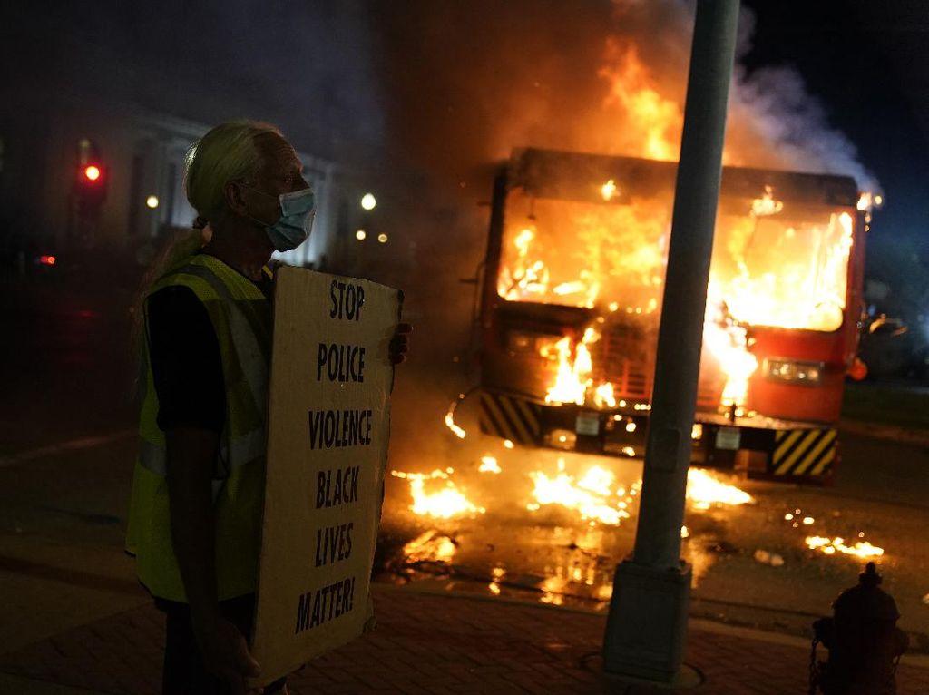 Kerusuhan di Demo Penembakan Jacob Blake, Mobil Dibakar