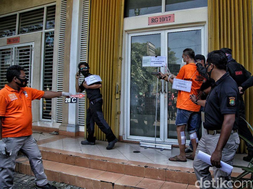 Rekonstruksi Kasus: Penembak Salat Istikharah saat Ditawari Tembak Pengusaha