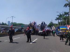 Massa Buruh Tolak Omnibus Law Bergerak ke Depan DPR, Jalan Gatsu Ditutup