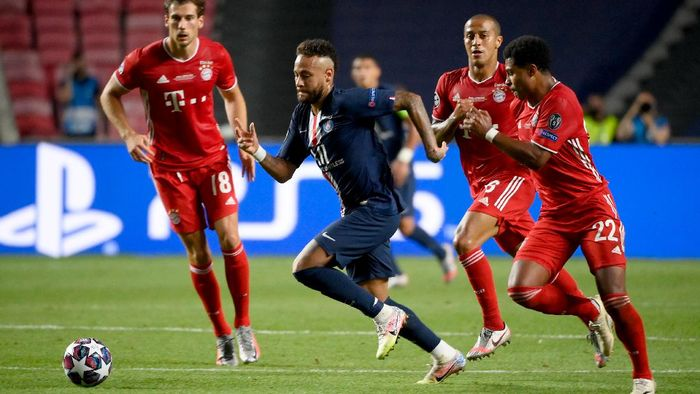 LISBON, PORTUGAL - AUGUST 23: Neymar of Paris Saint-Germain runs with the ball with pressure from Serge Gnabry of FC Bayern Munich during the UEFA Champions League Final match between Paris Saint-Germain and Bayern Munich at Estadio do Sport Lisboa e Benfica on August 23, 2020 in Lisbon, Portugal. (Photo by Lluis Gene/Pool via Getty Images)