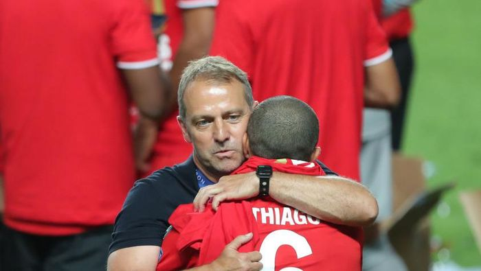 LISBON, PORTUGAL - AUGUST 23: Hans-Dieter Flick, Head Coach of FC Bayern Munich embraces Thiago Alcantara of FC Bayern Munich following their sides victory in the UEFA Champions League Final match between Paris Saint-Germain and Bayern Munich at Estadio do Sport Lisboa e Benfica on August 23, 2020 in Lisbon, Portugal. (Photo by Miguel A. Lopes/Pool via Getty Images)