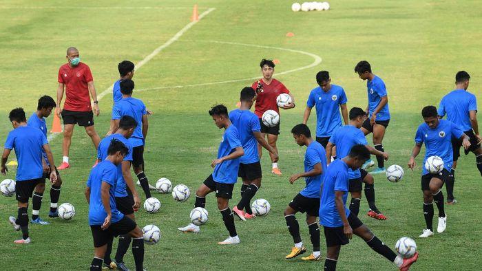 Pesepak bola Timnas U-19 mengikuti latihan di Stadion Madya, Kompleks GBK, Jakarta, Kamis (20/8/2020). Timnas U-19 rencananya akan mengikuti pemusatan latihan di Kroasia pada akhir Agustus 2020 untuk persiapan AFC U-19 Championship di Uzbekistan. ANTARA FOTO/Puspa Perwitasari/aww.