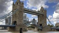 Saat Adzan Dikumandangkan dengan Indah di Jembatan Paling Ikonik London