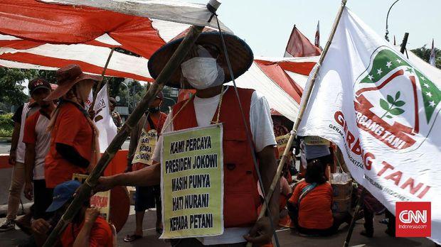 Aksi Serikat petani simalingkar bersatu(SPSB) dan serikat tani mencirim bersatu (STMB) di depan Istana negara. Jakarta,  Rabu (26/8/2020). Petani medan telah melakukan aksi jalan kaki dari medan sumatra utara menuju ke Jakarta dalam rangka mencari keadilan dan kepastian hukum dari negara. CNN Indonesia/Andry Novelino