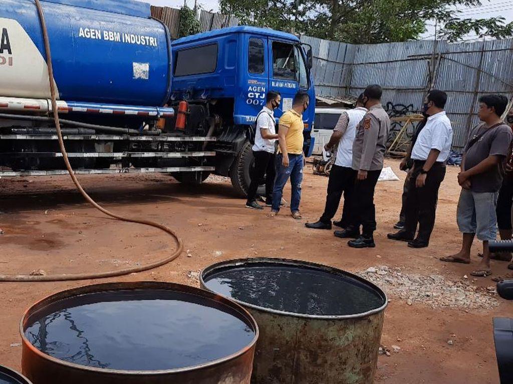 Polisi Gerebek Gudang di Jambi, 50 Ribu Liter BBM Oplosan Diamankan
